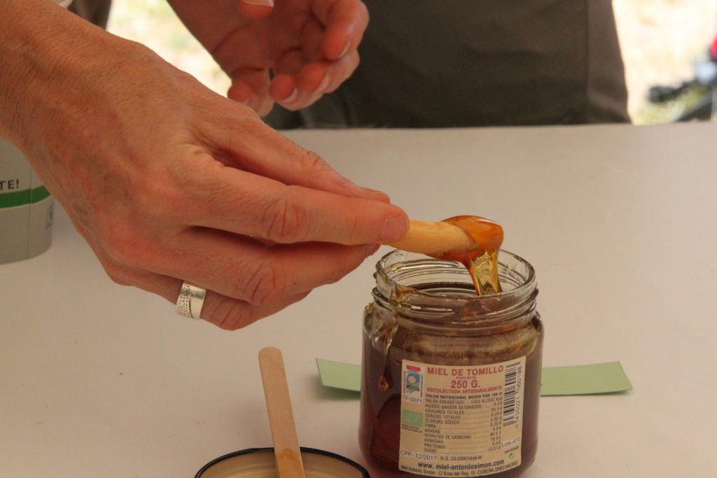 Degustando miel ecológica. ©Agustín Carretero